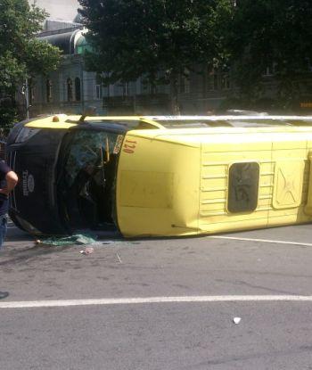 """გადაბრუნებული """"მარშრუტკა"""" რუსთაველზე: ახალი ფოტოები ავარიის ადგილიდან"""